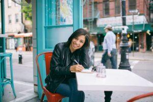 Vrouw op het terras aan het schrijven