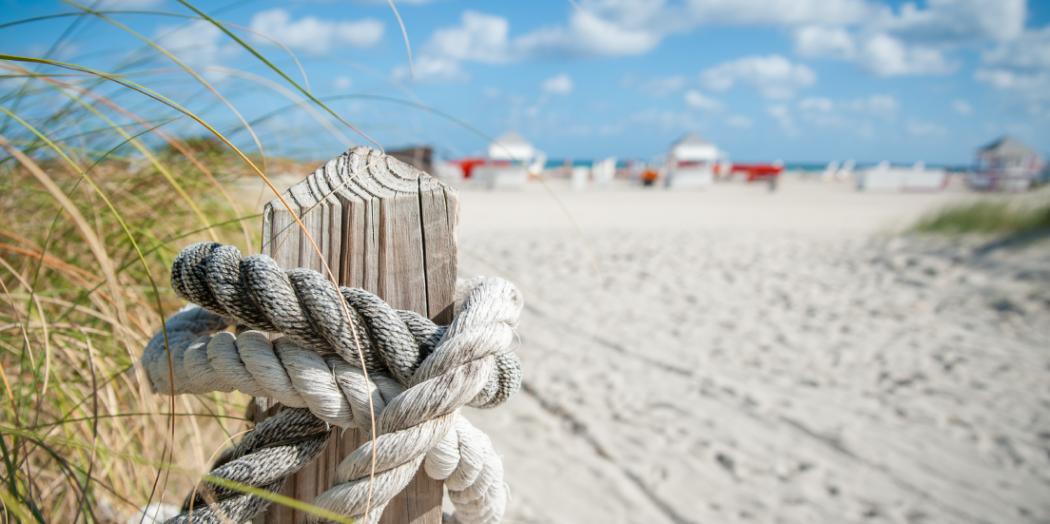 Recreatie paal op strand