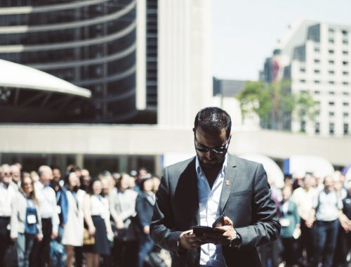 Man met telefoon in stad