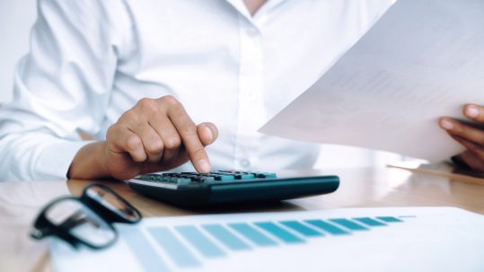 Nedflex Payrolling accountant met rekenmachine