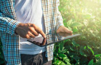 Nedflex agrarisch payrolling Boer met Ipad
