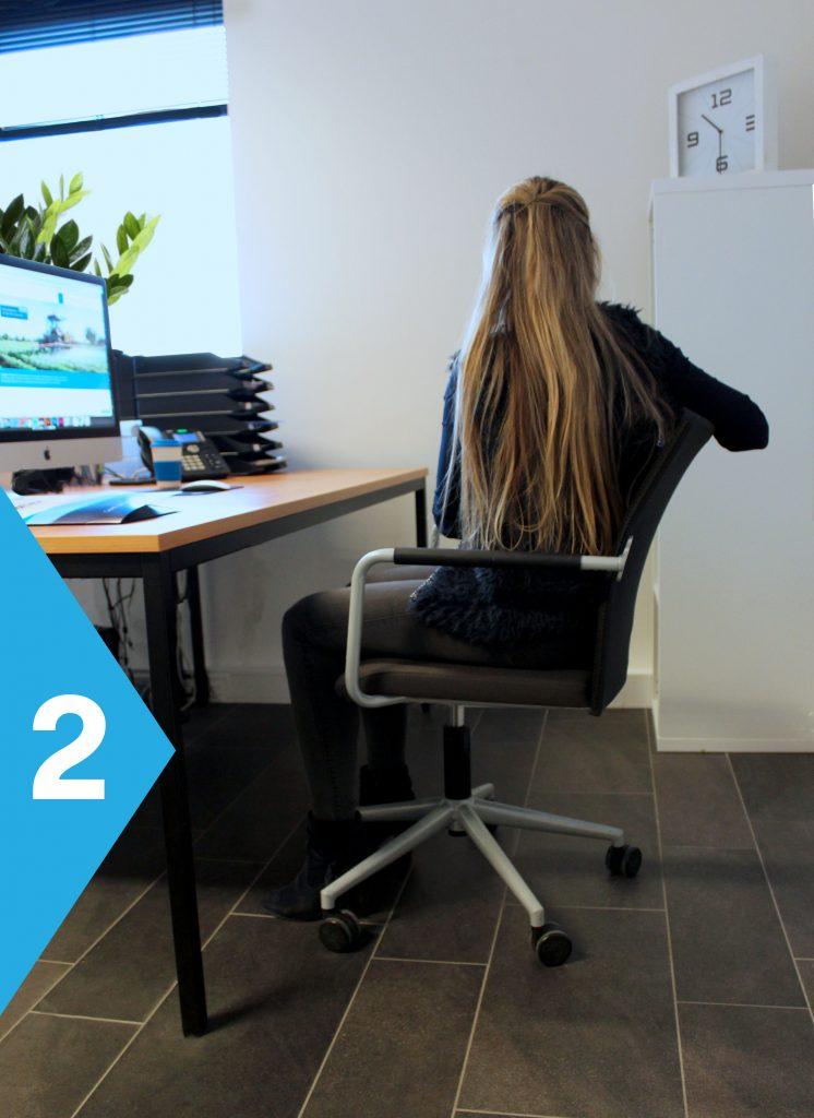 yoga achter je bureau draai naar rechts op stoel