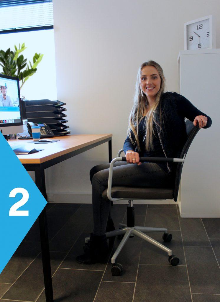 yoga achter je bureau draai naar links op stoel
