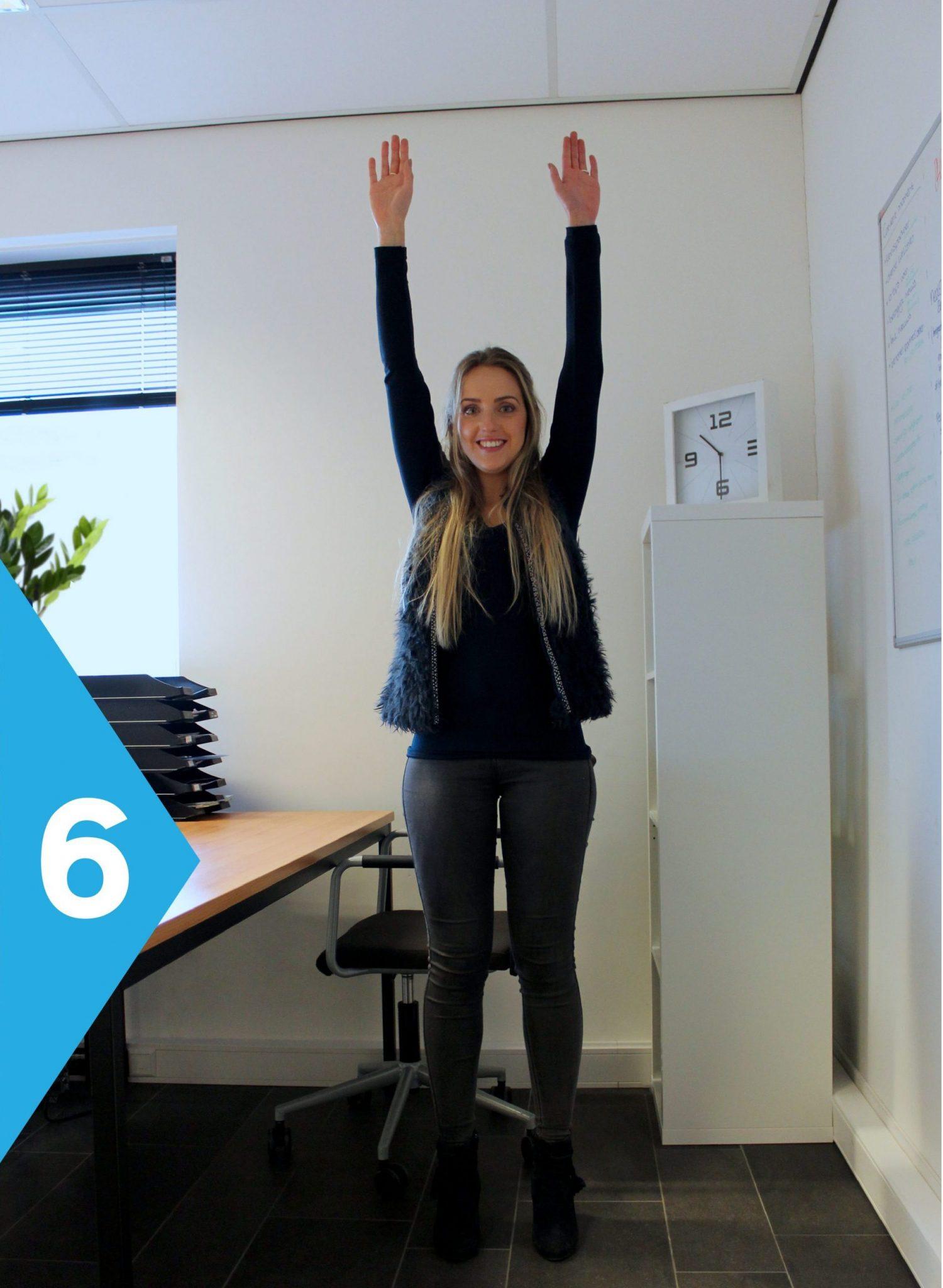 yoga achter je bureau gestrekt staan