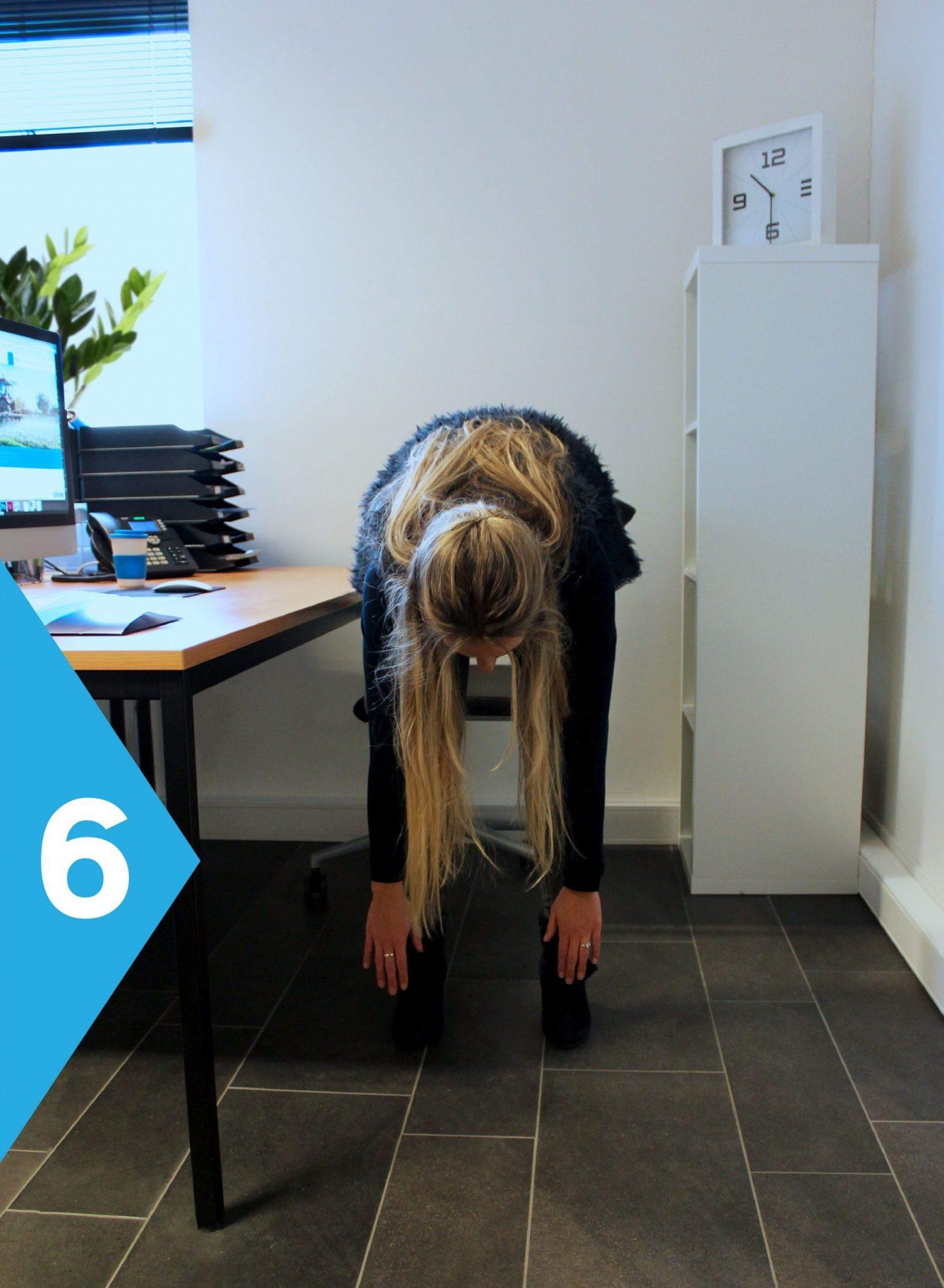 yoga achter je bureau buig voorover