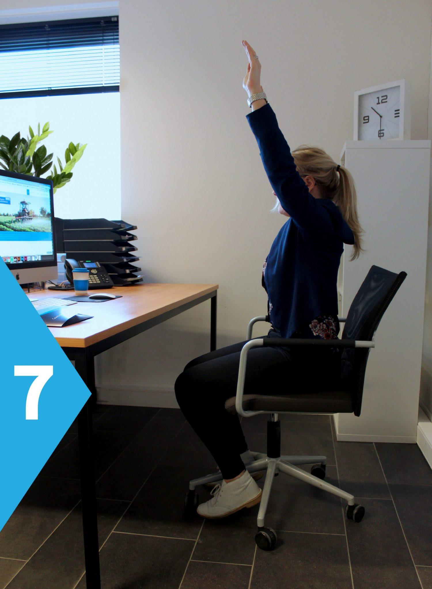 yoga achter je bureau armen omhoog