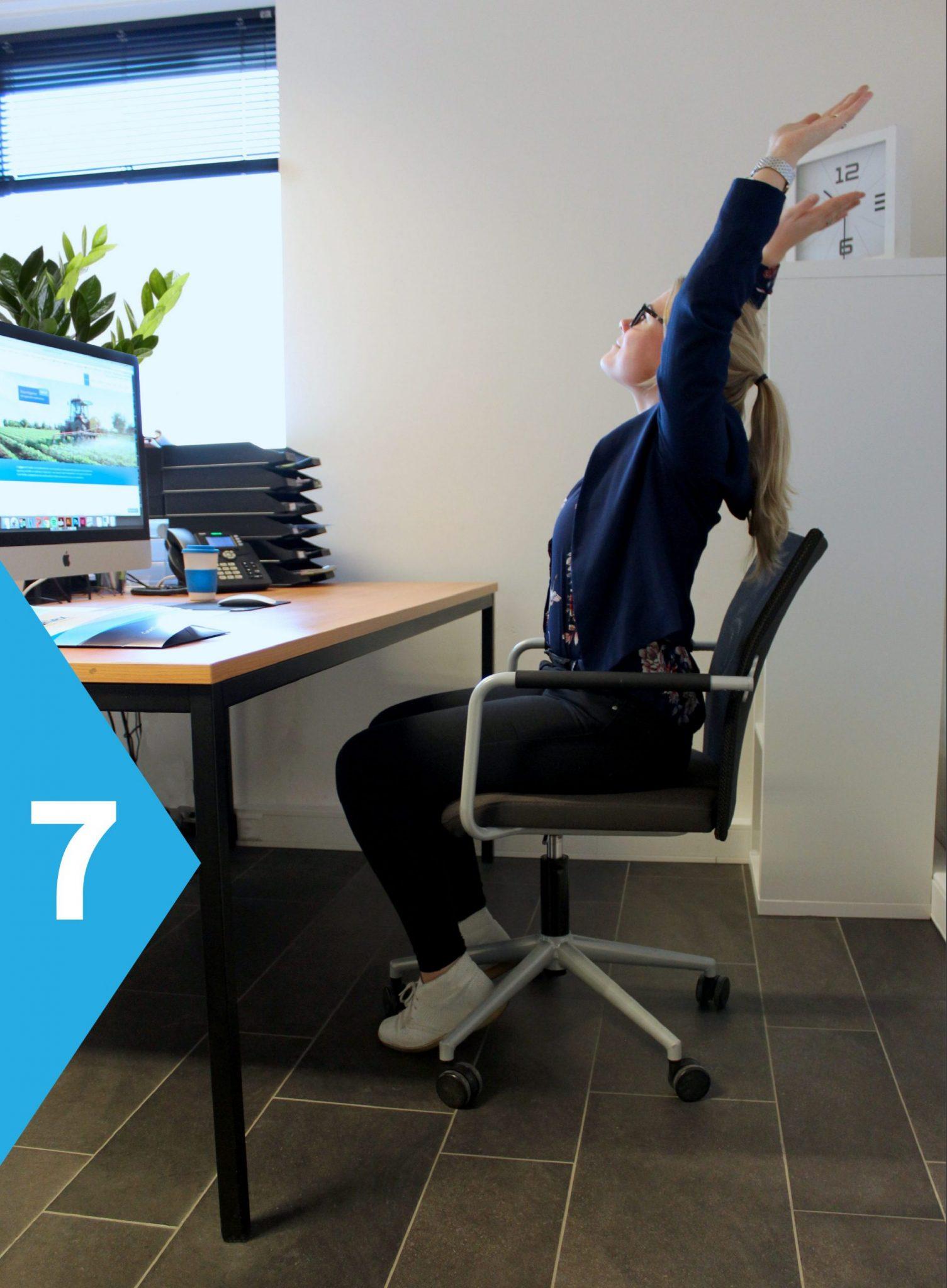 yoga achter je bureau buig naar achter