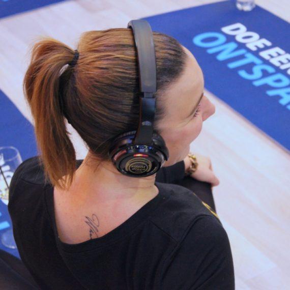 vrouw met koptelefoon