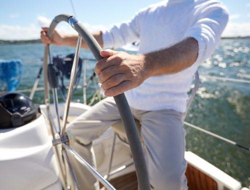 Man op boot achter stuur