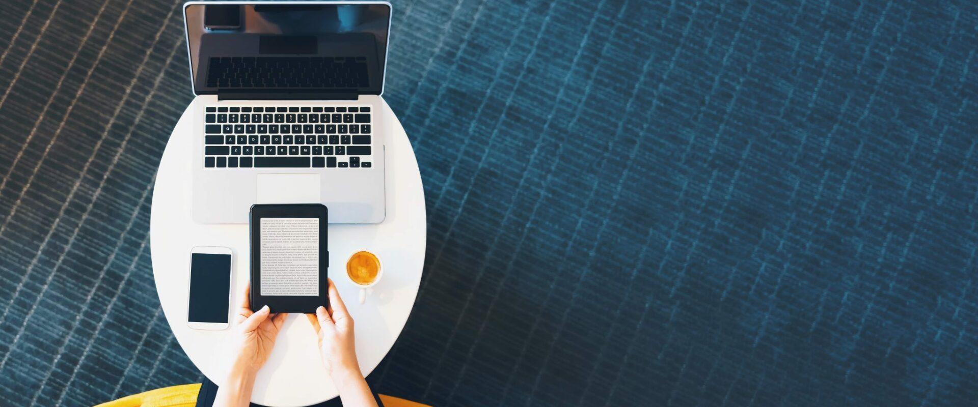 Laptop en tablet op stoel