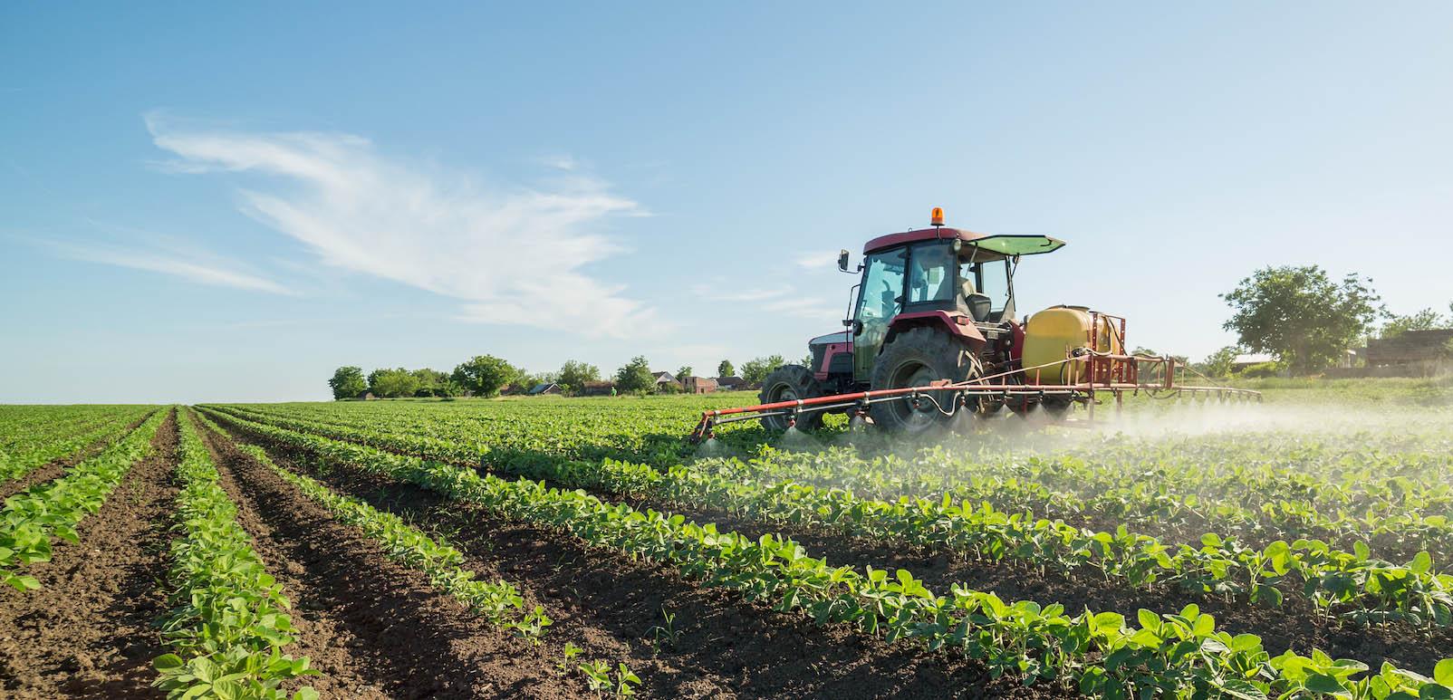 Agrarisch trekker op land
