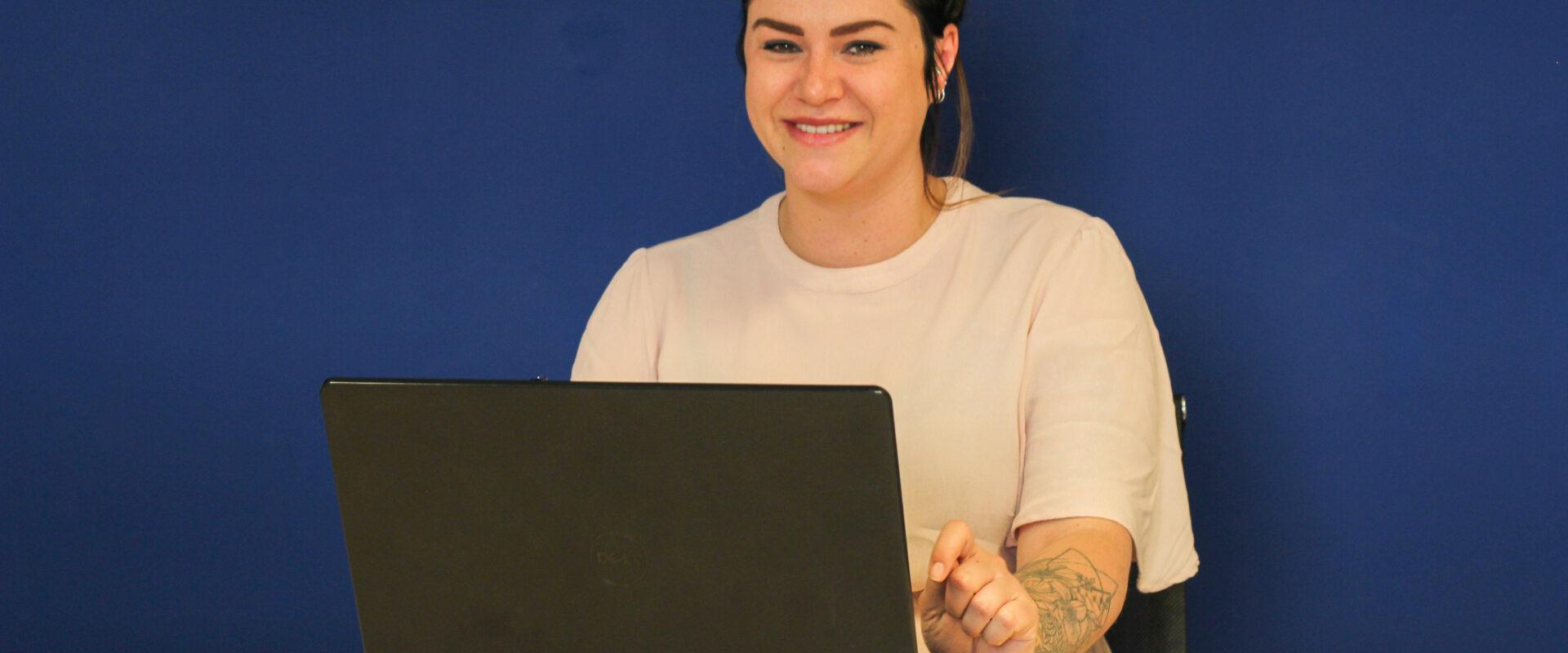 Linda achter laptop